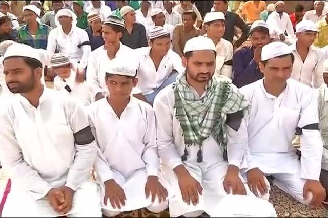 پرتاپ گڑھ میں مسلم نوجوانوں نے سیاہ پٹّی باندھ کر عیدالفطر کی نماز ادا کی