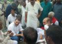 گورکھپور: راہل متاثرین کے گھر پہنچے، متاثرین سے مدد کا وعدہ کیا