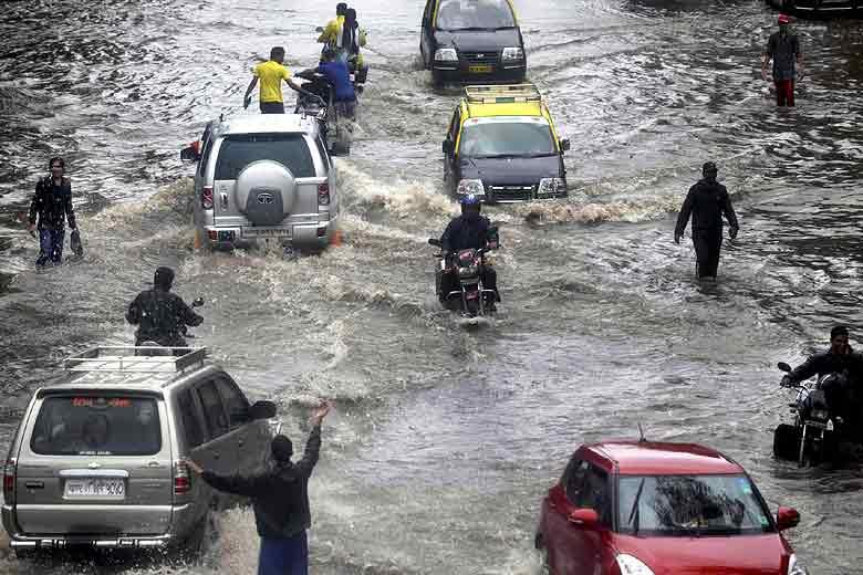ممبئی میں بارش سے عام زندگی پھر متاثر-سڑکیں زیرآب،اسکول اور کالج بند ،عام تعطیل