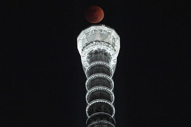 ٹوکیو میں چاند گرہن کا نظارہ