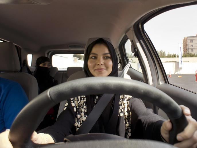 سعودی عرب میں خواتین نے ڈرائیونگ سیٹ پر بیٹھنا شروع کردیا