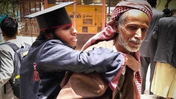یمن ؛ معذور اور نابینا بیٹے کی گریجوایشن پر بوڑھے باپ کے چہرے پر طمانیت اور مسرت