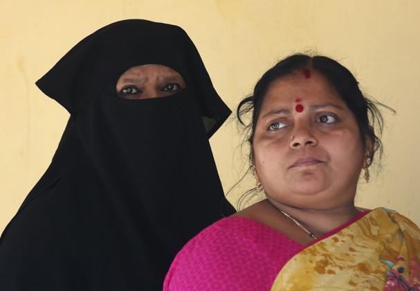 کرناٹک اسمبلی انتخابات : برقع پہن کر آئی تو نہیں ملی ووٹ ڈالنے کی اجازت ، رو پڑی خاتون