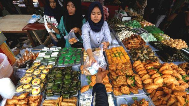 دنیا بھر میں افطار کے کیسے کیسے دسترخوان