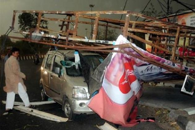 متعدد ریاستوں میں تباہی، 46 لوگوں کی موت، 109 کلو میٹر فی گھنٹہ کی رفتار سےچلی آندھی، سڑکوں پر پلٹ گئی گاڑیاں