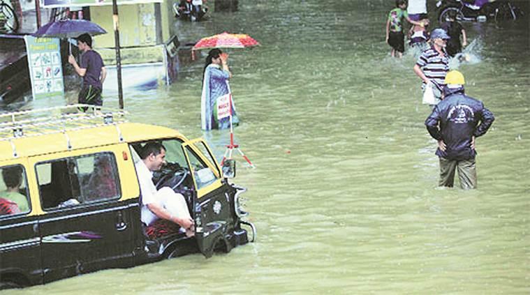 ممبئی میں بھاری بارش، ریل اور ہوائی جہاز سروس متاثر