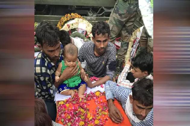 شہید جوان کے تابوت پر لیٹ گئی پانچ ماہ کی بیٹی، منظر دیکھ کر سب ہو گئے جذباتی