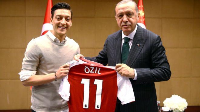 'نسلی تعصب' پر جرمنی کے ترک نژاد فٹبالر میسوت ازیل کا قومی ٹیم میں کھیلنے سے انکار