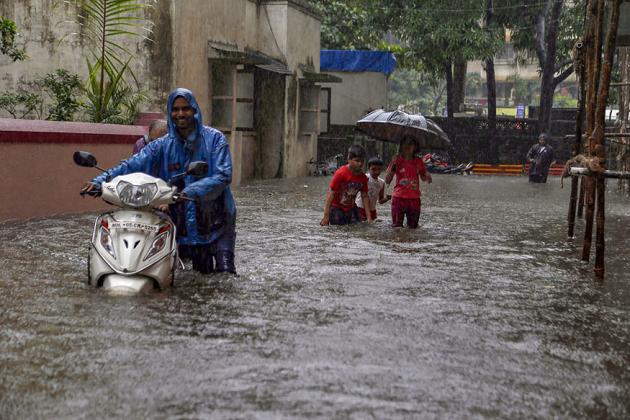 ممبئی میں بارش: محکمہ موسمیات کی لوگوں کو گھر میں رہنے کی صلاح، اسکولوں کی چھٹی