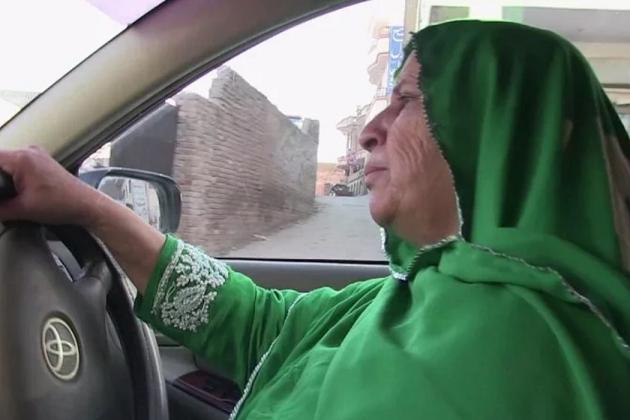 ملیئے پاکستان کی پہلی خواتین ڈرائیور زاہدہ کاظمی سے، جن کو رکھنی پڑی اپنی حفاظف کے لئے پستول