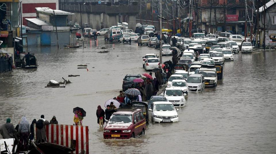 کشمیر میں موسلادھار بارشوں سے نظام زندگی بری طرح متاثر