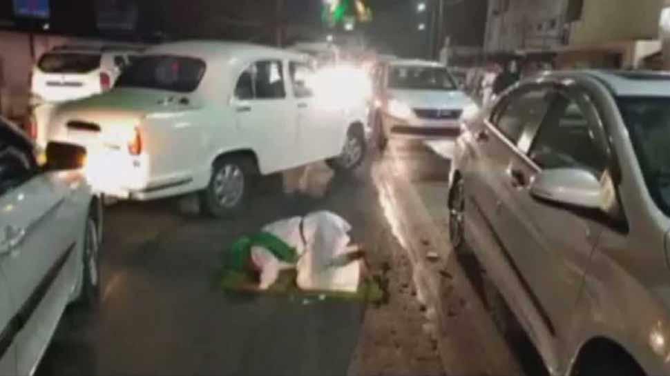 وزیراعلیٰ یوگی کے دفتر کے سامنے ایک بزرگ شخص پڑھنے لگا نماز، پولیس نے کیا گرفتار