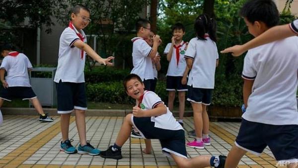 چین میں اسکول سے فرار روکنے میں معاون 'اسمارٹ یونیفارم' تیار