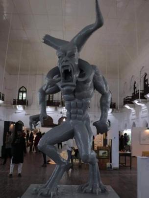 لاہور کے عجائب گھر میں نصب 'شیطانی' مجسمہ درحقیقت 'وحشی پن کی علامت' ہے