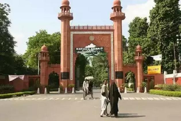 علی گڑھ مسلم یونیورسٹی کا ماحول کشیدہ، طلبا پرملک مخالف نعرے بازی کا الزام، طلبہ یونین نے کہا 'فساد کرانا چاہتے ہیں آرایس ایس کے غنڈے'۔