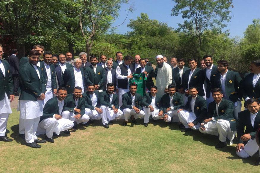 ورلڈ کپ سے پہلے عمران خان سے ملے پاکستان کے کپتان سرفراز احمد ، دیا یہ خاص تحفہ