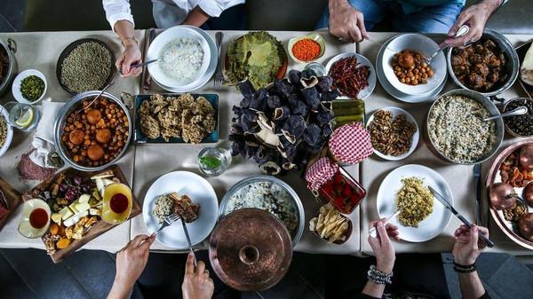 رمضان المبارک میں کھانے کے دسترخوانوں کی تصاویر پوسٹ کرنے والوں کے نام !