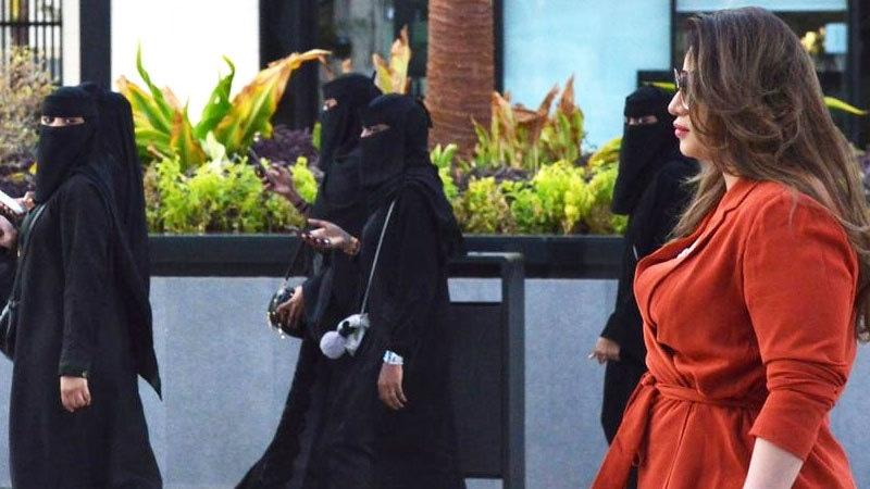 اور اب۔۔۔ سعودی عرب میں خواتین سیاحوں کے لیے حجاب کی شرط ختم