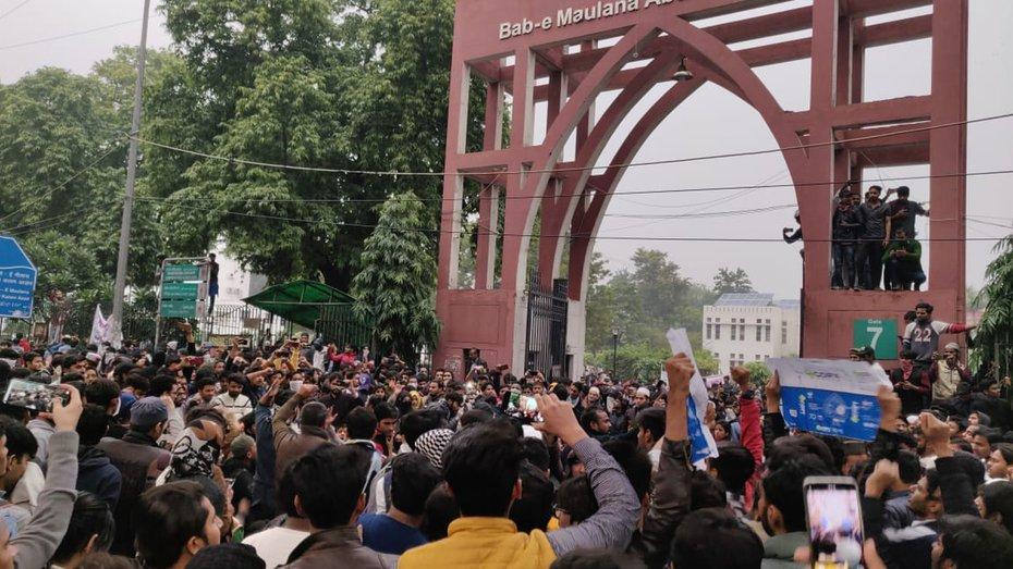 جامعہ میں کشیدگی جاری، سمسٹر امتحانات ملتوی