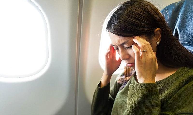 طیارے میں سفر کے دوران کان بند کیوں ہوجاتے ہیں؟