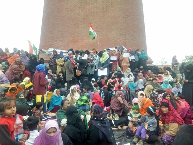 लखनऊ के शाहीन बाग़ में पुलिसिया कार्रवाई में छात्र नेता सहित अन्य लोग गिरफ्तार - घंटाघर पर आरएएफ तैनात