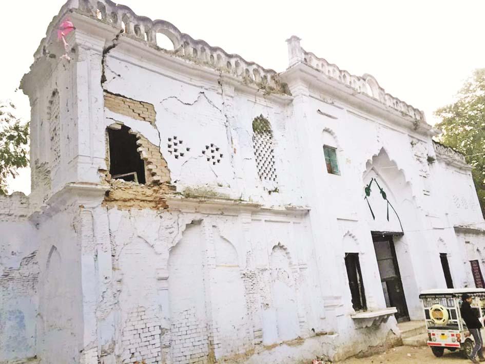 لکھنؤ: کربلا ملکہ آفاق کے امام باڑے میں رکھ رکھاؤ کی کمی کے سبب گری غاروالی کربلاکی دیوار