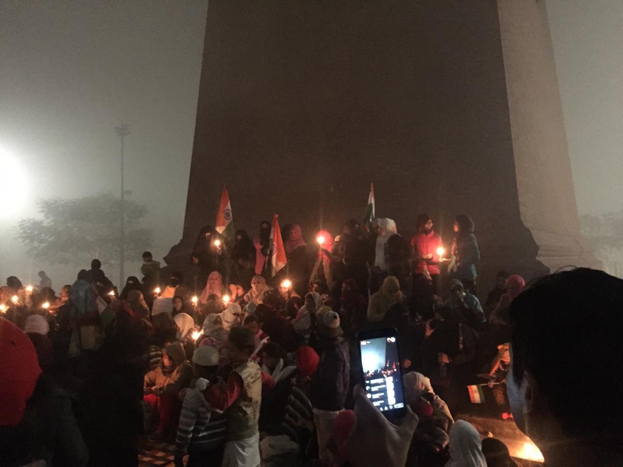 لکھنئو : گھنٹہ گھر پر سی اے اے- این آر سی کی مخالفت میںعورتوں نے شروع کیا مظاہرہ