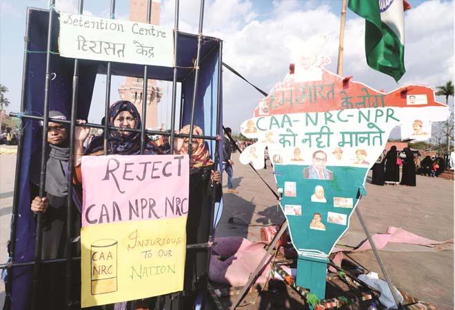 حسین آباد واقع گھنٹہ گھر پر حراستی کیمپ کا ماڈل بناکر خواتین نے کی سی اے اے-این آر سی کی مخالفت