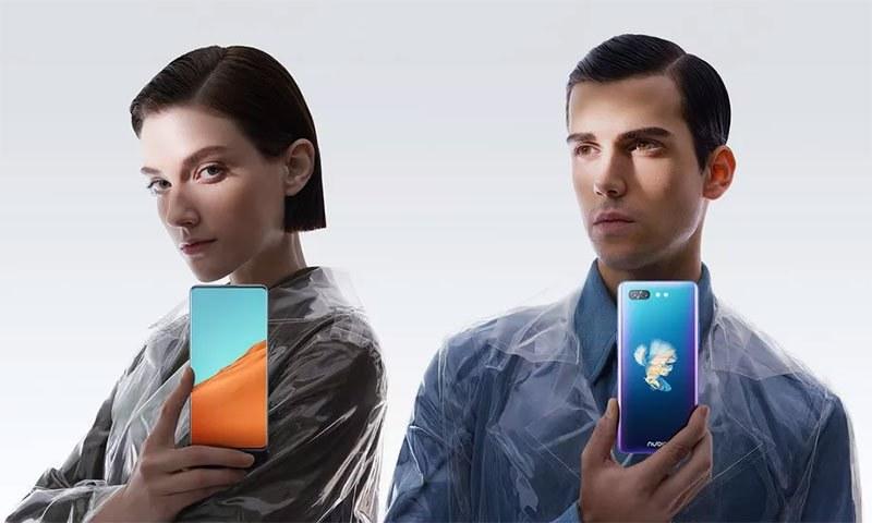 کیا ایسا منفرد ڈوئل اسکرین اسمارٹ فون کبھی دیکھا؟