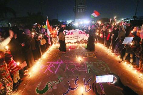 گھنٹہ گھر میدان پر خواتین نے احتجاجی رنگولی  بنا کر ایکتا کی مثال قائم کی