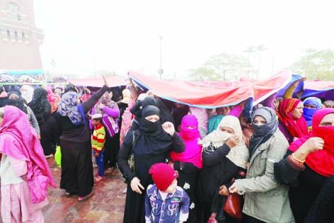 بارش کے باوجود ڈٹی رہیںتحریک چلا رہی خواتین