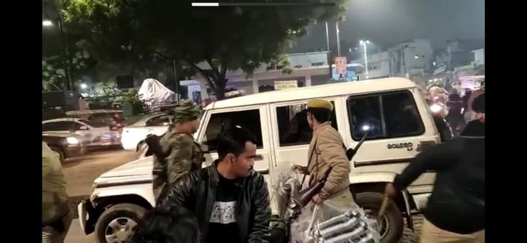 CAA के विरोध प्रदर्शन के बीच पुलिस की निंदात्मक करवाई- कंबल और खाने का सामान भी किया ज़ब्त