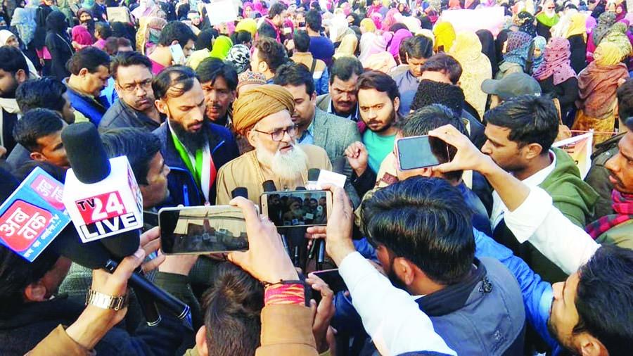 علماء کرام و دیگر مذہب و ملت کے لوگوں نے گھنٹہ گھر پہنچ کر مظاہرہ کررہی خواتین کی حمایت کا اعلان کیا