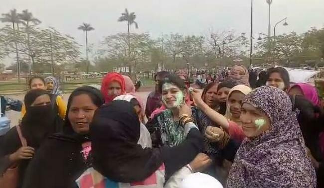 #CAA के खिलाफ प्रदर्शन कर रही महिलाओं ने हर्षो उल्लास के साथ मनाया रंगों का त्यौहार